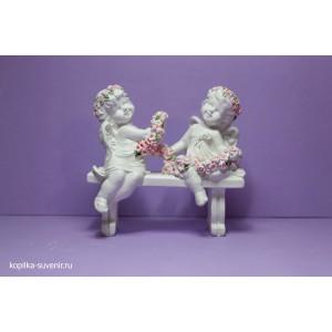 Два ангелочка на скамейке