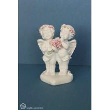 Два влюбленных ангелочка с розами