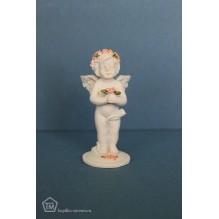 Ангелочек с лепестками роз