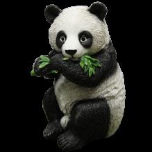 Панда стоящая с листом бамбука
